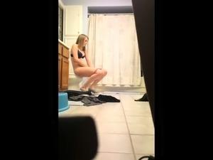 Freundin wechselt im Bad ihr Tampon!