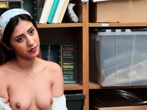 Latina thief seduces officer to get free and is facefucked
