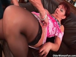Mature mom gets her gaping pussy muscle fucked free