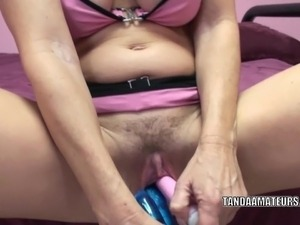 Mature slut Melissa Swallows uses toys to make herself cum