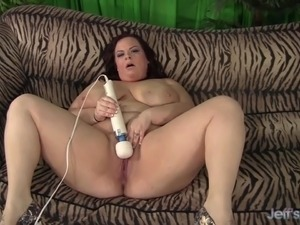 Curvy BBW Jordan Luxx fucks herself til orgasm