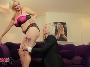 Blonde tranny milf fucks a curvy girl in her wet cunt