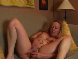 CLASSY MATURE DAME SHADING STOCKINGS THEN FINGERING PUSSY