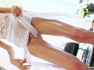 Kinky chick plays with her beefy pussy-lips in hardcore solo clip
