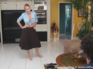 Horny mom amateur doing chores