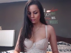 Sexy Wild Babe Loves to Play her Pussy