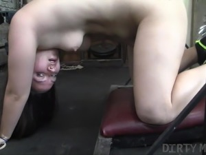 Newbie Female Bodybuilder Get Bored and Masturbates