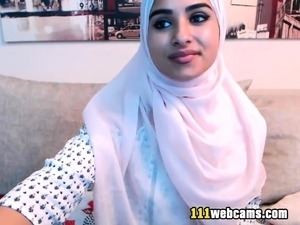 Amateur beautiful big ass arab teen camgirl posing on webcam