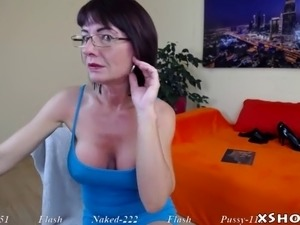 Cougar hot babe flashing on live cam